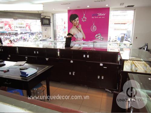 Thiết kế nội thất showroom cửa hàng ấn tượng